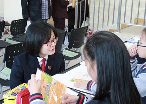 未检检察官正在与学生们交谈书画作品的构思_副本.jpg